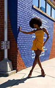 Фотография Негры Поза Платья Ноги Стена Тень Смотрят Janae Fulton