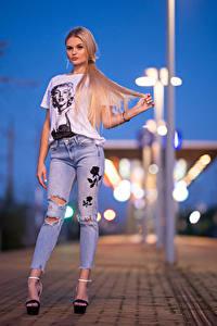 Фотографии Блондинок Позирует Джинсы Футболке Смотрят Jasmin молодая женщина