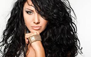 Обои Украшения Браслет Наручные часы Брюнеток Волос Взгляд Руки Макияж Лица молодые женщины