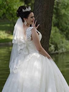Обои Украшения Корона Платья Брюнетка Улыбается Невеста Свадебные Девушки