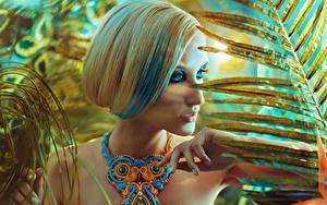 Обои Украшения Пальцы Ожерелье Блондинка Мейкап молодая женщина