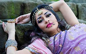 Фотографии Украшения Индийские Брюнетка Взгляд Макияж Девушки