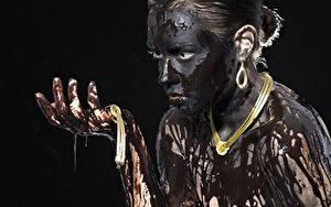 Фото Украшения Ожерелья Грязный Черный фон Смотрят Руки молодые женщины