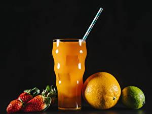 Фотографии Сок Клубника Апельсин Лайм На черном фоне Стакан Продукты питания