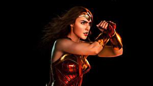 Фотографии Лига справедливости 2017 Галь Гадот Чудо-женщина герой На черном фоне кино Девушки Знаменитости