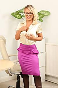 Фото Kaitlin Grey Секретарши Блондинки Взгляд Улыбка Очки Руки Юбка молодые женщины