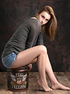 Фотография Поза Сидя Ноги Шорты Свитер Взгляд Kendra девушка