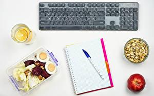 Обои для рабочего стола Клавиатура Орехи Яблоки Белым фоном Тетрадь Шариковая ручка Стакана Яйцами Еда