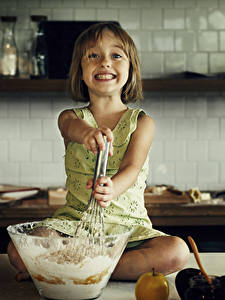 Обои Кухни Девочки Смотрят Повара Улыбка ребёнок