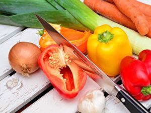 Картинки Нож Перец овощной Лук репчатый Чеснок Морковь Овощи Доски Пища