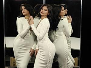 Обои Брюнетки Смотрят Платья Руки Отражается Поза Kylie Jenner Знаменитости Девушки