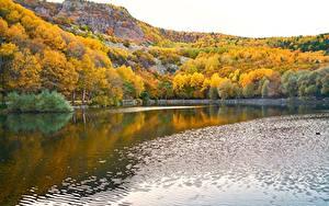 Картинки Озеро Осень Леса Речка Скалы Природа