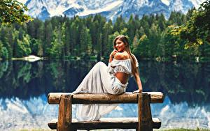 Картинки Озеро Шатенки Сидящие Улыбается Скамья девушка