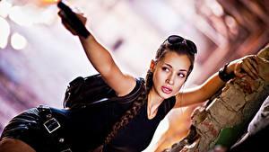 Фотографии Лара Крофт Косплей Размытый фон Косички Очки Руки Смотрят девушка