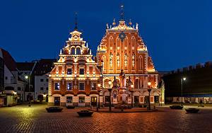 Фотографии Латвия Здания Памятники Городской площади Ночные Уличные фонари Riga город