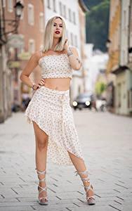 Картинка Блондинки Боке Поза Юбки Руки Ноги Туфли Laura девушка