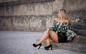 Фотография Блондинки Сидит Ног Туфли Юбка Блузка Боке Поза Laura Девушки