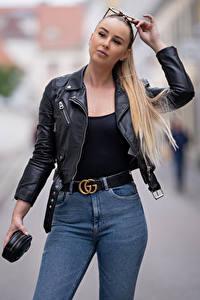 Фото Боке Блондинок Очки Руки Джинсов Куртках Взгляд Laura девушка