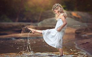 Картинка Ноги Платье Девочки Ручеек С брызгами Дети