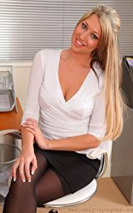 Обои для рабочего стола Lexi Lowe Секретарша Кресло Блондинки Улыбается Смотрит Рука Сидящие девушка