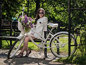 Фотографии Сирень Скамейка Сидя Платья Очков Велосипеде Корзинка Взгляд Kari Horkova девушка