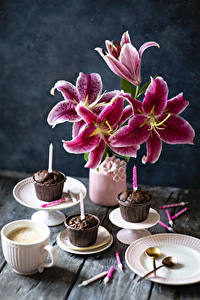 Фото Лилии Капкейк кекс Свечи Кофе Капучино Ваза Тарелке Чашка цветок Еда