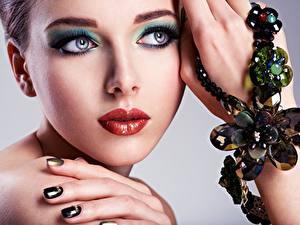 Обои Губы Модель Лицо Мейкап Руки Взгляд молодая женщина