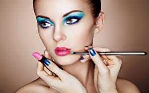 Обои Губная помада Косметика на лице Лицо Красивые Маникюр Руки Oleg Gekman молодая женщина