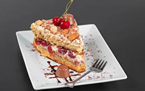 Обои для рабочего стола Пирожное Конфеты Шоколад Вишня Торты Сером фоне Тарелке Вилки Кусок Пища