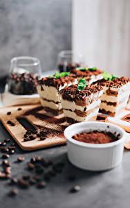 Фотография Пирожное Кофе Десерт Какао порошок Зерно Разделочная доска Tiramisu