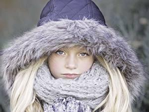 Фото Девочка Смотрит Капюшоне Шарфе Блондинки ребёнок