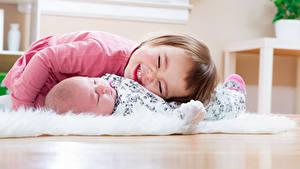 Фотографии Девочка Младенец Двое Улыбка Дети