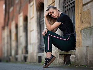 Фото Позирует Сидит Руки Взгляд Размытый фон Loriane молодая женщина