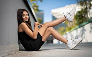 Картинка Позирует Сидящие Ноги Кроссовках Смотрит Боке Louane девушка