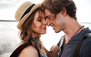 Фотография Любовь Мужчины Влюбленные пары Два Улыбка Обнимаются Шляпа девушка