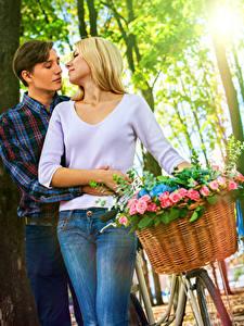 Фотографии Любовь Мужчины Розы Влюбленные пары Двое Блондинка Корзинка Девушки