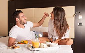 Картинка Любовь Мужчины Двое Завтрак Шатенка Радость Кровать Девушки