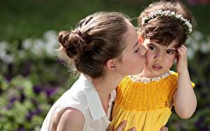 Фотография Любовь Мать 2 Шатенка Девочки Смотрит Поцелуй Ребёнок Девушки