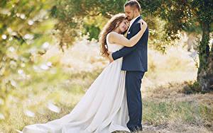 Фотографии Любовь Две Шатенка Невесты Жених Обнимает Платья молодая женщина