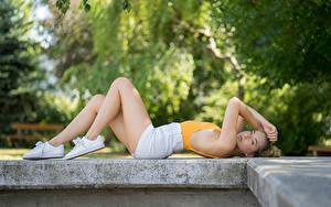 Фото Размытый фон Блондинок Лежат Рука Шорт Ног Кеды Maja молодые женщины