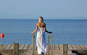 Картинки Причалы Море Блондинок Платье Белый Сзади девушка