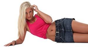 Фотография Мэри Квин Белом фоне Блондинка Лежит Смотрит Руки Живот Юбке молодые женщины