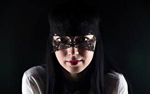 Обои Маски На черном фоне Брюнеток Взгляд Лица Девушки