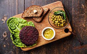 Обои Мясные продукты Хлеб Зеленый горошек Разделочная доска Продукты питания