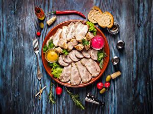 Фото Мясные продукты Хлеб Перец Редис Доски Тарелка Нарезка Вилка столовая