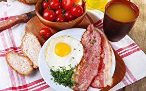 Обои Мясные продукты Хлеб Помидоры Сок Бекон Завтрак Яичница Чашка Пища