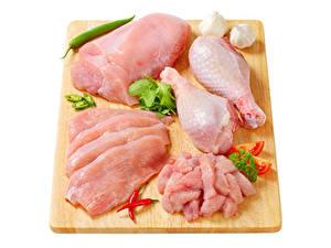 Картинки Мясные продукты Острый перец чили Чеснок Курятина Белом фоне Разделочной доске Еда
