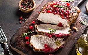 Фотографии Мясные продукты Смородина Перец чёрный Разделочной доске Кусок Еда