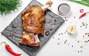 Картинка Мясные продукты Чеснок Перец чёрный Острый перец чили Укроп Белом фоне Разделочной доске Пища