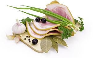 Фотография Мясные продукты Чеснок Приправы Белый фон Разделочная доска